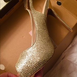 Size 10 BRAND NEW Aldo Soft Gold Heels